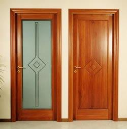 Due lati di una porta in legno
